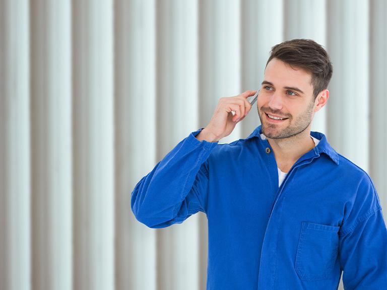 rozmawiający przez telefon mężczyzna